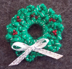 Crochet pattern to make Christmas wreath pin